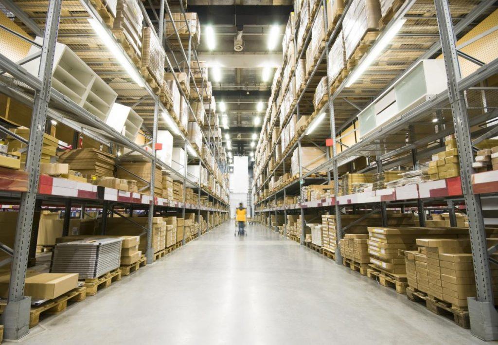 Opérateur agissant dans un entrepôt logistique pour un inventaire de traçabilité